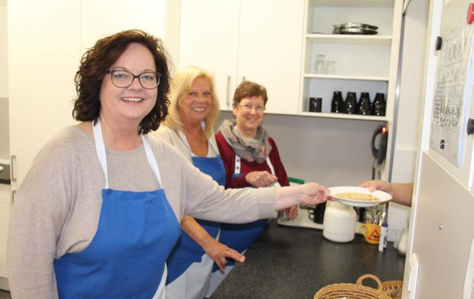 CDU-Landtagskandidatin Andrea Stullich spendet für die Suppenküche der Caritas Rheine