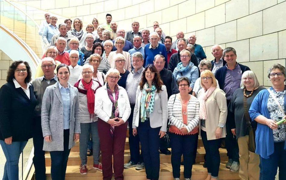 Besuchergruppe mit Ehrenamtlichen aus Ahaus im Landtag