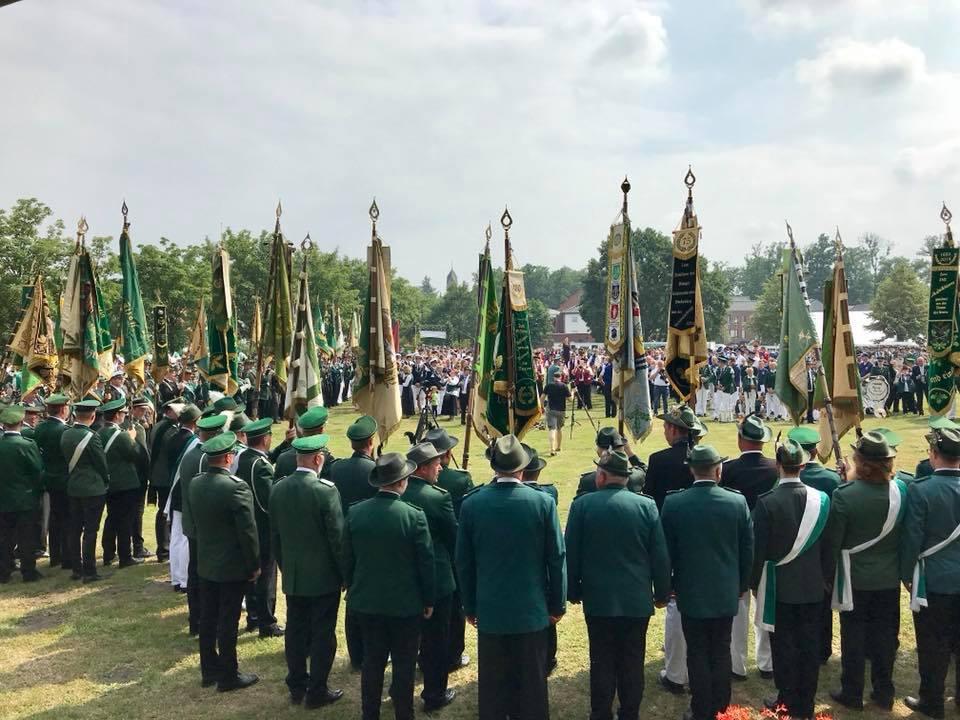 2800 Schützinnen und Schützen aus 72 Vereinen mit 13 Musikkapellen beim Heimatschützenfest Tecklenburger Land in Hörstel