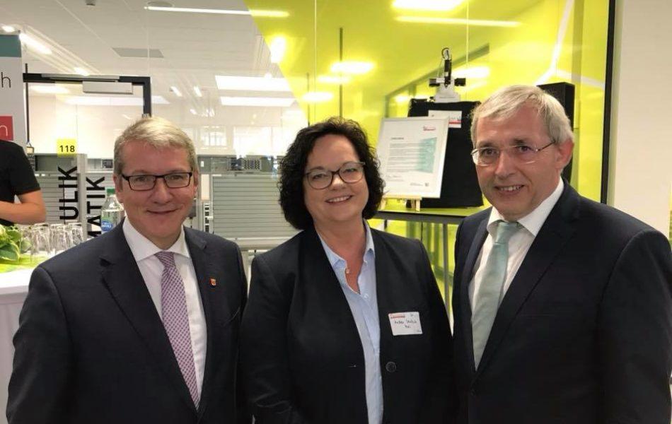 """Im supermodernen Schüler-Labor am Berufskolleg Rheine wird seit heute """"Zukunft durch Innovation"""" in der Praxis erlebbar"""