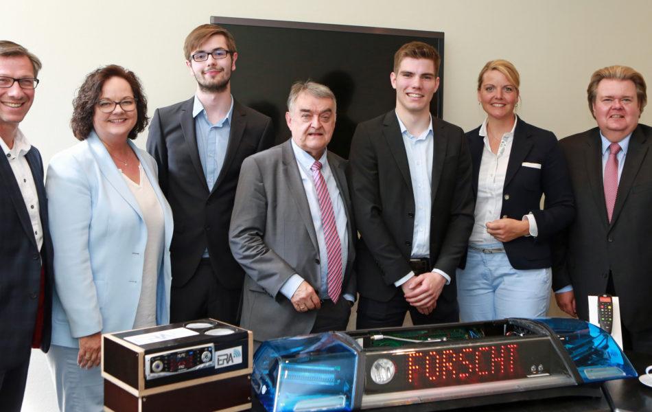 """Andrea Stullich und Christina Schulze Föcking empfangen Landessieger von """"Jugend forscht"""" im Landtag"""