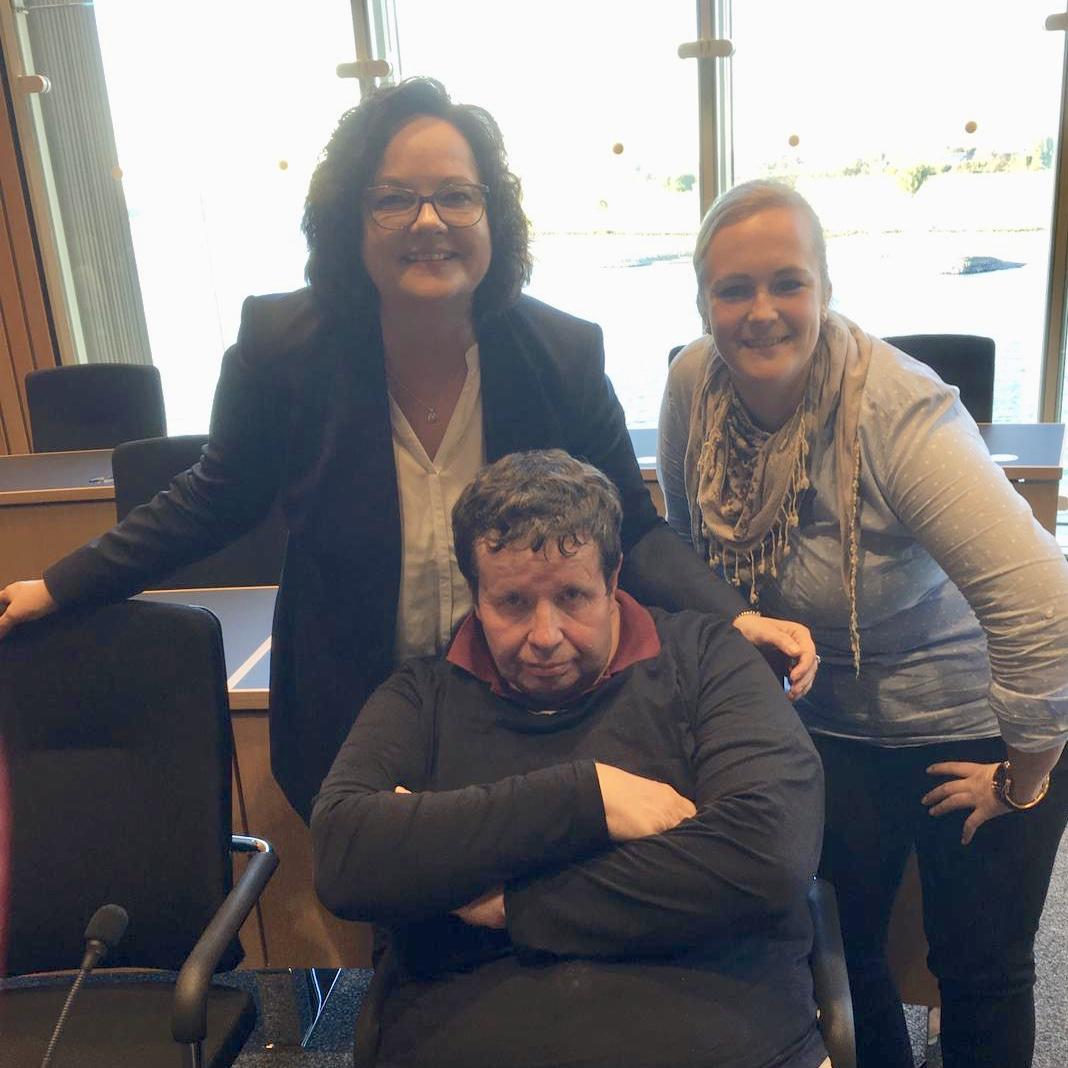 Besucher der Parkinsongruppe Rheine zu Gast im Düsseldorfer Landtag