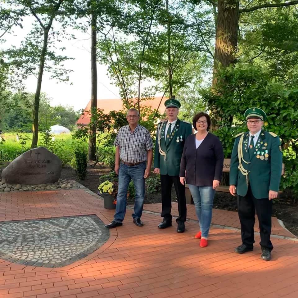 Einweihung der rundum erneuerten Gedenkstätte für die Verstorbenen des Ortes durch den Schützenverein Wester bei Ladbergen die