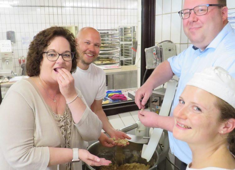 Mit 4000 Eiern und 2000 Päckchen Butter durch den Monat Andrea Stullich MdL schaut bei ihrer Heimattour in die Backstube der Bäckerei Liesenkötter in Saerbeck