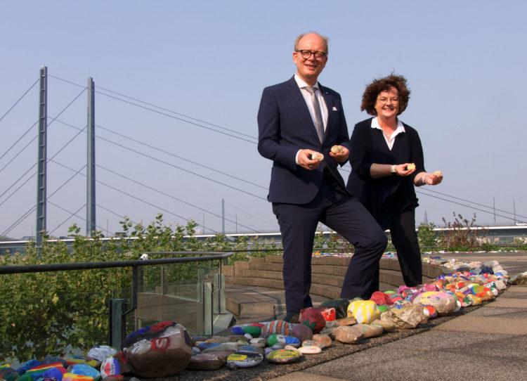 Weltkindertag: Bunt bemalte Steine der Johannesschule Mesum/Elte für den Düsseldorfer Landtag